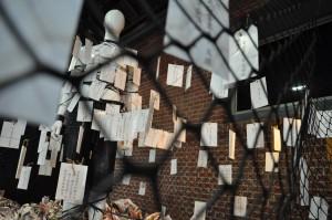 展覽用被束縛的假人呈現被輿論綑綁的移工們。