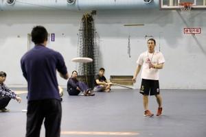李林鎰老師(右)示範傳盤技巧