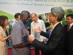 興大薛富盛校長(右)與索羅門群島總理相談甚歡。