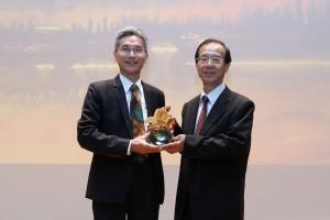 薛富盛校長(左)頒贈紀念牌給楊秋忠院士。