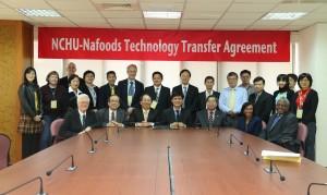 由興大與美國加州大學戴維斯分校共組的「NCHU-UCD國際植物與食品生物科技中心」(PFBC)成員參與興大與Nafoods技轉簽約儀式