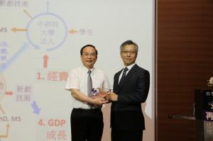 興大楊長賢副校長(左)贈送惠蓀講座講牌給廖俊智院長。