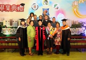 http://secret.nchu.edu.tw/wp-content/uploads/2017/06/興大國農企學程今年有來自帛琉的畢業生雷玖婷(前排右3),帛琉大使歐克麗(前排左2)特地前來祝賀