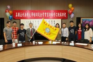 興大校長薛富盛(左4)授校旗給海外暑期營隊成員