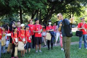 劉克襄在中興湖畔幫環島團學生上首堂課