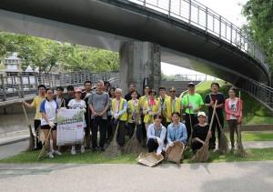 興大今早舉辦暑期社區志工服務,三十名志工一同清掃頂橋仔新公地