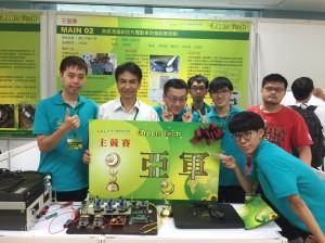 興大電機系林俊良講座教授(左2)帶領之團隊榮獲東元綠能國際創意競賽亞軍