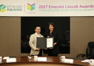 中興大學行銷系主任魯真(右)獲頒2017年「Emerald卓越獎之高度推薦獎」