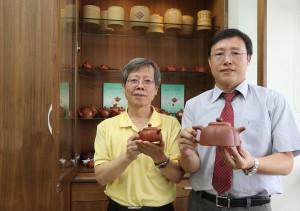 興大獸醫學院院長周濟眾(右)與興大生物科技學研究所教授曾志正共同發表不同材質茶壺對茶湯之影響