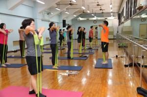每日的訓練都是由熱身操開啟,加上目前很熱門的HIIT(又稱TABATA),由初級徒手核心肌群變化為配合彈力帶及啞鈴的高強度間歇。