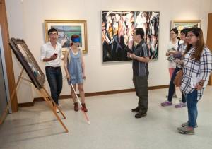 參訪成員於藝術中心蒙眼體驗視障友善導覽App。