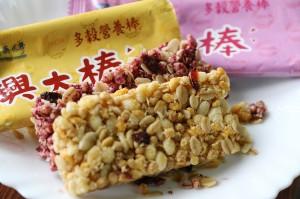 興大棒採用興大米,結合台灣在地紫玉甘藷、紅心甘藷以及多樣穀類,主打多穀低糖、健康均衡。