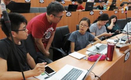 魏巍老師(左2)上課結合理論與實務,無資訊背景者也能輕鬆上手