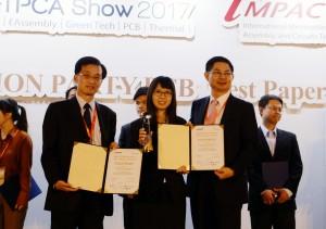 興大化工系碩士生張翊宣(中)榮獲「2017電路板學生優秀論文獎」金獎,左為指導教授竇維平