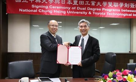 興大校長薛富盛(右)與豐田工業大學教授吉村雅滿簽署雙聯學位續約