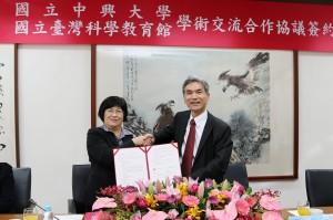 興大校長薛富盛(右)與臺灣科學教育館館長陳雪玉代表簽署合作協議