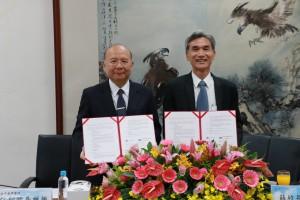 中興大學校長薛富盛(右)與臺中慈濟醫院副院長許權振代表簽署學術合作協議。