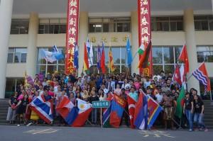 興大98週年校慶運動會,各國外籍生穿上傳統服飾繞場