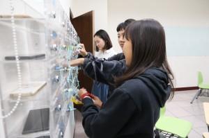 中興大學企管系教室本月開始使用手機放置櫃,希望找回學生專注力。