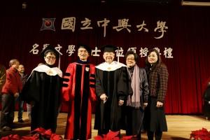 洛夫(右3)與家人及興大校長薛富盛(左2)、興大文學院院長韓碧琴合影