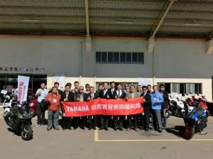 此次共有12所學校獲得捐贈,台灣山葉機車武田總經理與受贈學校代表合影