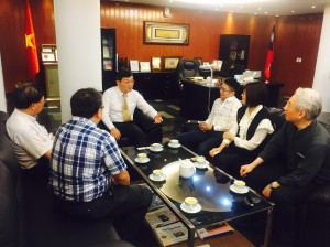 由越南台灣商會聯合總會青商會吳國本輔導會長(右3)安排,與駐胡志明市台北經濟文化辦事處梁光中處長(左3)就越南的產業生態與台商經營現況等議題進行深度會談。