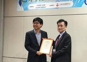 中興大學化學工程學系終身特聘教授竇維平(右)所主持的「微奈米金屬化製程技術聯盟」獲頒科技部「105年度績優產學小聯盟」