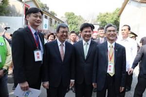右至左:興大薛富盛校長、林佳龍市長、陳建仁副總統、興大獸醫學院張照勤院長