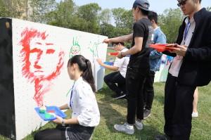 學生動手塗鴉彩繪