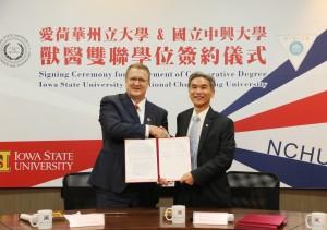 愛荷華州立大學獸醫學院院長Patrick Halbur(左)與興大校長薛富盛代表簽署雙聯學位