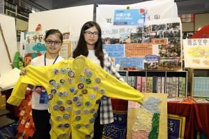 興大基層文化服務社攤位則展示了別滿活動徽章的社服