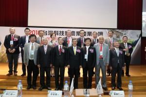 陳建仁副總統擔任頒獎人,與得獎企業合影